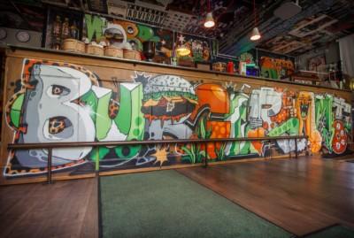 Graffiti Wandgestaltung, Riot1394, Graffitikünstler, Illustration, Comicstil, Graffitikunst, Graffiti-Künstler, Burgeramt, Berlin, Bart Spencer